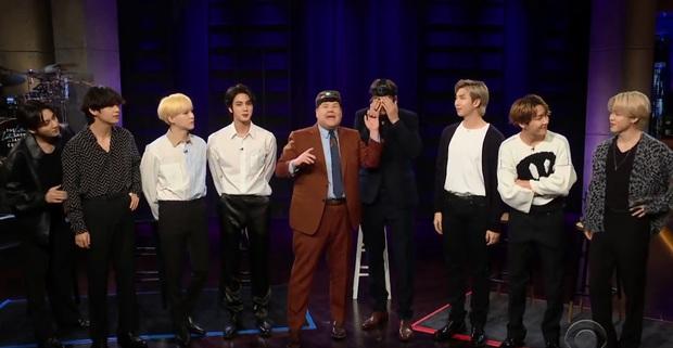 BTS chơi trốn tìm trên sóng truyền hình Mỹ: Jin và Jimin bị xách như trẻ con, Jungkook khiến tài tử Hollywood bó tay - Ảnh 9.
