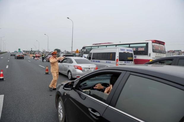 Sau nghỉ Tết người dân ùn ùn trở về Hà Nội, tắc dài trên cao tốc Pháp Vân - Cầu Giẽ - Ảnh 1.