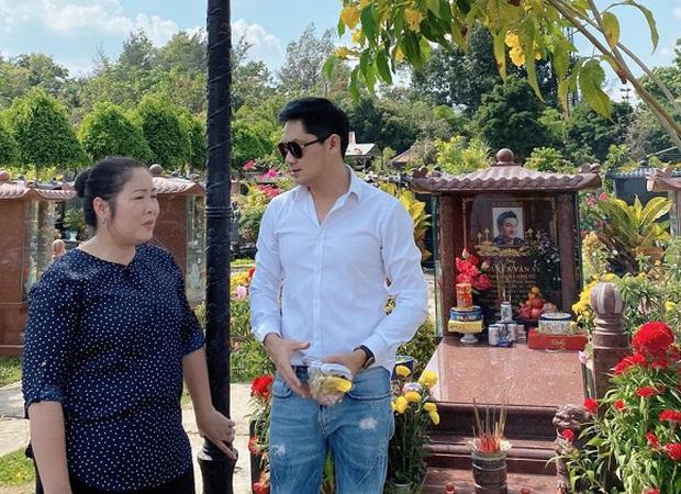 NSND Hồng Vân, diễn viên Minh Luân viếng mộ cố nghệ sĩ Anh Vũ vào ngày mùng 5 Tết: Người đi rồi nhưng cái tình còn mãi! - Ảnh 2.