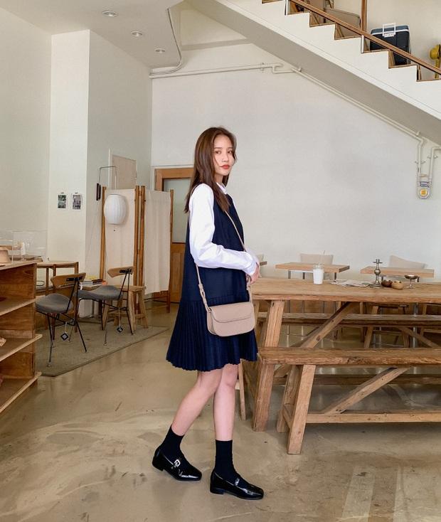Combo váy áo được gái xinh xứ Hàn diện nhiệt tình nhất đợt này: Hack tuổi siêu ổn và thừa điểm thanh lịch để diện đến công sở  - Ảnh 1.