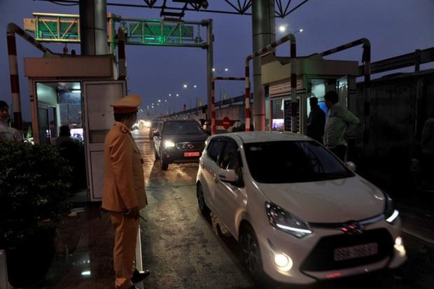 Sau nghỉ Tết người dân ùn ùn trở về Hà Nội, tắc dài trên cao tốc Pháp Vân - Cầu Giẽ - Ảnh 3.