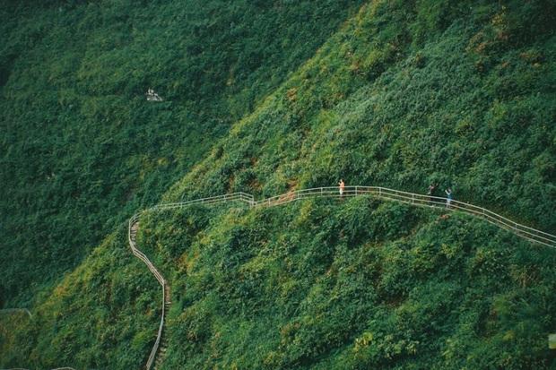Cung đường đi bộ sát vách núi hiểm trở nhất Việt Nam: thử thách vô cùng hấp dẫn vì đẹp mê ảo - Ảnh 1.