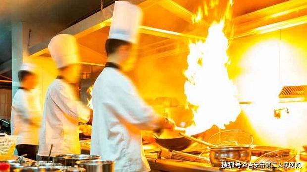 4 động tác trong khi nấu nướng có thể làm tăng nguy cơ ung thư nhưng nhiều người vẫn làm hàng ngày - Ảnh 2.