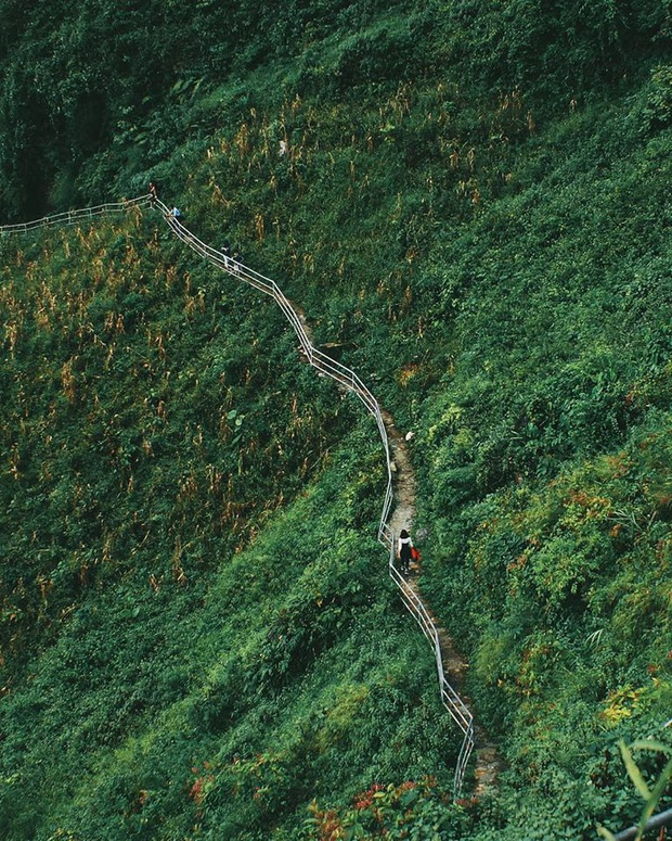 Cung đường đi bộ sát vách núi hiểm trở nhất Việt Nam: thử thách vô cùng hấp dẫn vì đẹp mê ảo - Ảnh 2.
