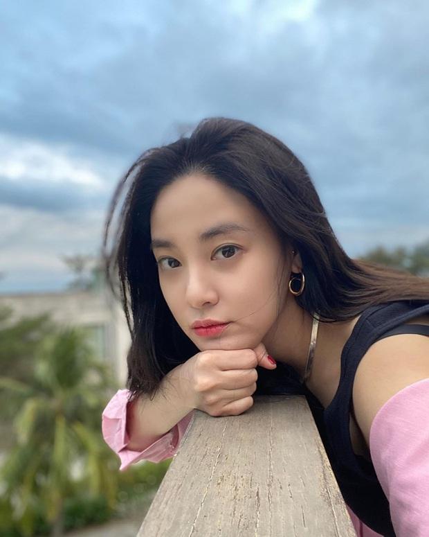 Lại thêm sao Hàn vi vu Việt Nam ngay đầu năm: Bạn gái G-Dragon Lee Joo Yeon đón năm mới ở Đà Nẵng, U35 mà trẻ trung bất ngờ - Ảnh 3.