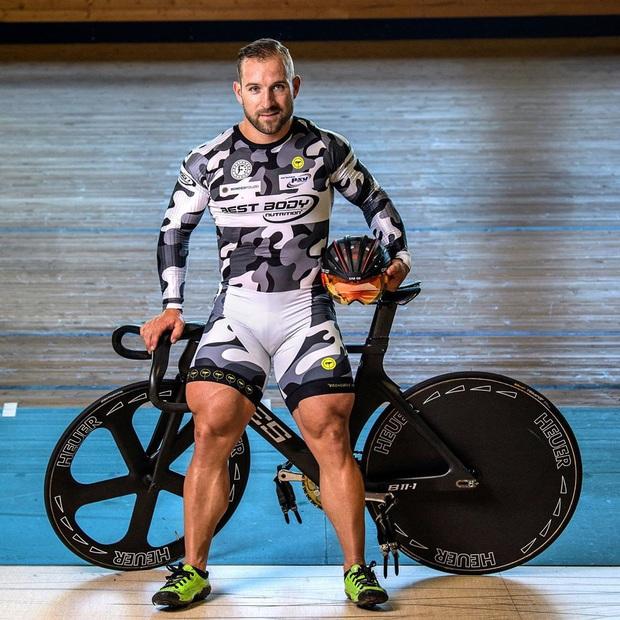 Anh chàng VĐV xe đạp khiến dân mạng sốc nặng khi khoe cơ đùi to khủng khiếp trên MXH, khỏe đến mức đạp đứt luôn cả xích - Ảnh 1.