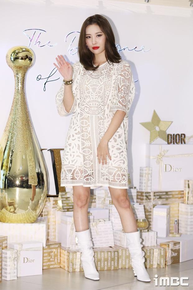 Cùng chọn mẫu váy giấu dáng: Jisoo có cách diện đơn giản hơn hẳn Sunmi nhưng lại tỏa ra hấp lực khó cưỡng - Ảnh 1.