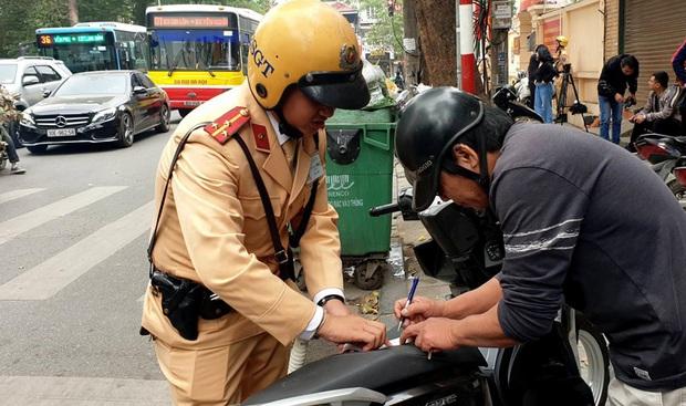 Có xử phạt được người uống rượu bia dắt bộ xe máy đi qua CSGT? - Ảnh 2.