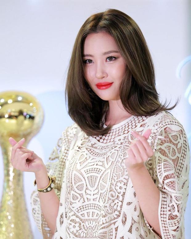 Cùng chọn mẫu váy giấu dáng: Jisoo có cách diện đơn giản hơn hẳn Sunmi nhưng lại tỏa ra hấp lực khó cưỡng - Ảnh 2.
