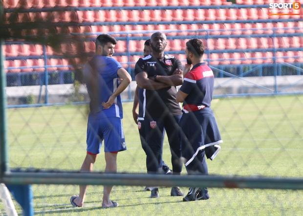 U23 Việt Nam đấu U23 Bahrain: Đóng cửa kín bưng, đến cả cầu thủ cũng phải chờ nhận diện khuôn mặt mới được vào sân - Ảnh 9.