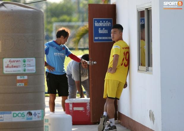 Quang Hải mặc áo không số và được đóng thế ở trận U23 Việt Nam đấu U23 Bahrain - Ảnh 1.