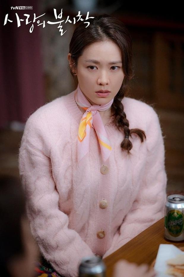 Crash Landing On You: Son Ye Jin đang bị hôn thê của Hyun Bin lấn lướt bằng style chanh sả, đúng chất tiểu thư Triều Tiên? - Ảnh 1.
