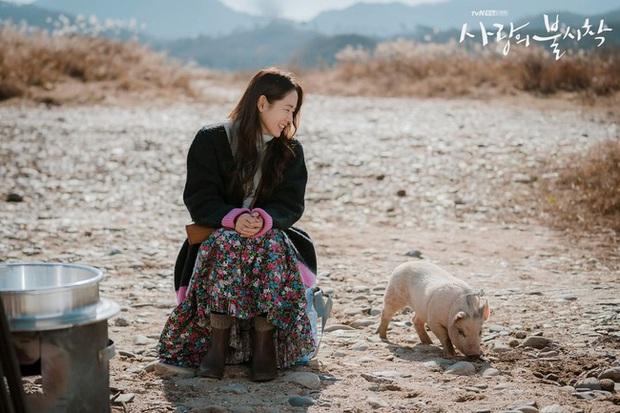 Crash Landing On You: Son Ye Jin đang bị hôn thê của Hyun Bin lấn lướt bằng style chanh sả, đúng chất tiểu thư Triều Tiên? - Ảnh 2.