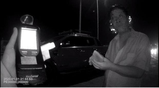 Uống rượu bia rồi lái xe, nam tài xế cay đắng bị phạt 35 triệu đồng, tước GPLX gần 2 năm  - Ảnh 1.