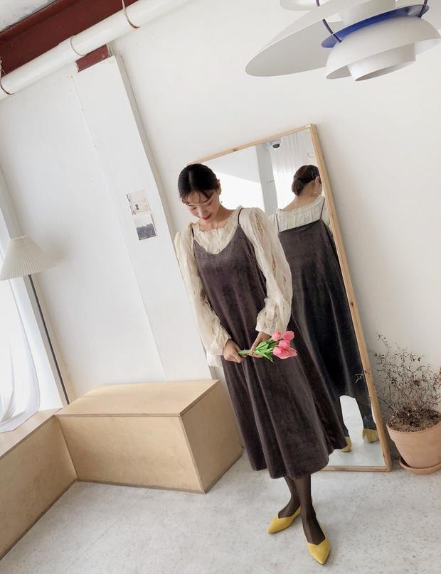 Váy áo nhung năm nay không hề đồng bóng mà còn tăng điểm sang chảnh cho chị em đến mức tối đa - Ảnh 2.