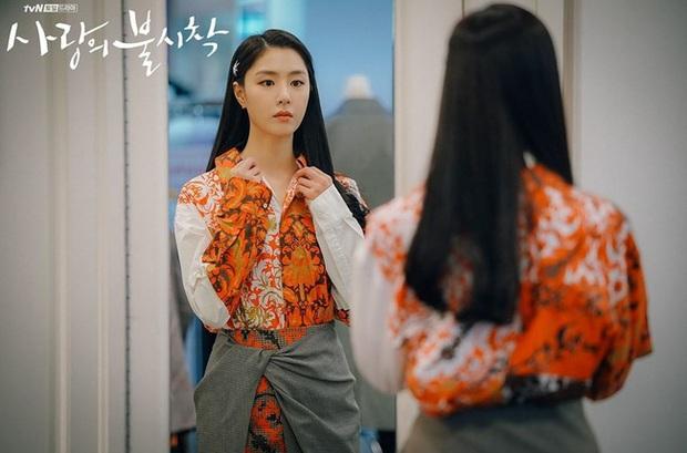 Crash Landing On You: Son Ye Jin đang bị hôn thê của Hyun Bin lấn lướt bằng style chanh sả, đúng chất tiểu thư Triều Tiên? - Ảnh 4.