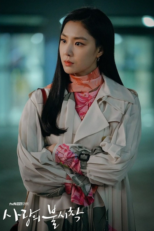 Crash Landing On You: Son Ye Jin đang bị hôn thê của Hyun Bin lấn lướt bằng style chanh sả, đúng chất tiểu thư Triều Tiên? - Ảnh 5.