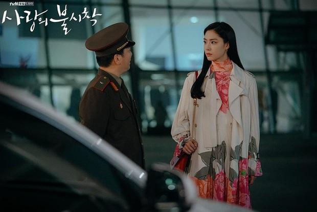 Crash Landing On You: Son Ye Jin đang bị hôn thê của Hyun Bin lấn lướt bằng style chanh sả, đúng chất tiểu thư Triều Tiên? - Ảnh 6.