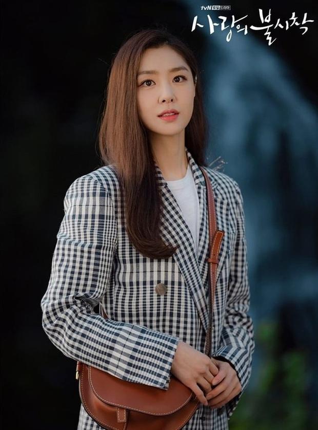 Crash Landing On You: Son Ye Jin đang bị hôn thê của Hyun Bin lấn lướt bằng style chanh sả, đúng chất tiểu thư Triều Tiên? - Ảnh 7.