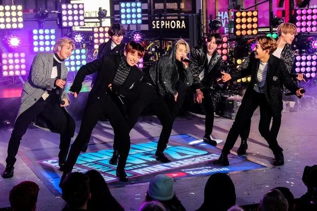 Jimin (BTS) được fan tặng luôn nickname mới vì đang diễn trước cả triệu người ở Mỹ thì gặp sự cố trang phục siêu đáng yêu! - Ảnh 6.