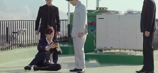 3 hạt sạn khó hiểu của Crash Landing On You: Chị đẹp Son Ye Jin tắm từ sáng đến tối mà vẫn chưa xong? - Ảnh 17.