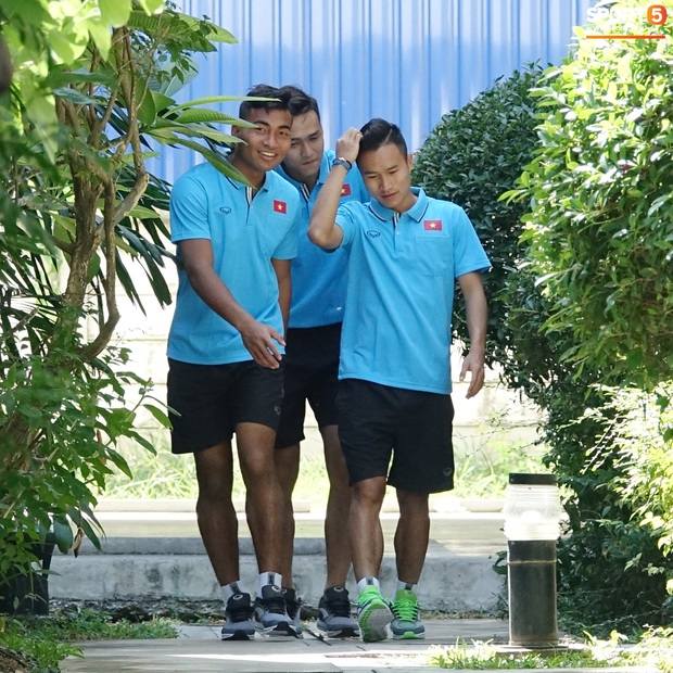 Tiến Linh tranh thủ nhai bánh tráng, cầu thủ U23 Việt Nam cầm que chọc cá giữa trưa nắng - Ảnh 11.