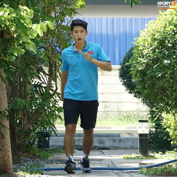 Tiến Linh tranh thủ nhai bánh tráng, cầu thủ U23 Việt Nam cầm que chọc cá giữa trưa nắng - Ảnh 8.