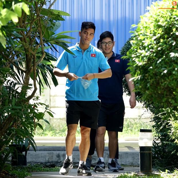 Tiến Linh tranh thủ nhai bánh tráng, cầu thủ U23 Việt Nam cầm que chọc cá giữa trưa nắng - Ảnh 5.
