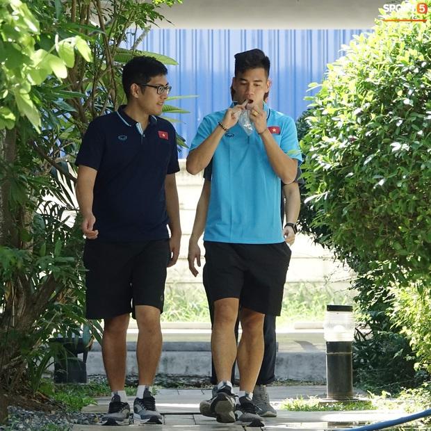 Tiến Linh tranh thủ nhai bánh tráng, cầu thủ U23 Việt Nam cầm que chọc cá giữa trưa nắng - Ảnh 4.