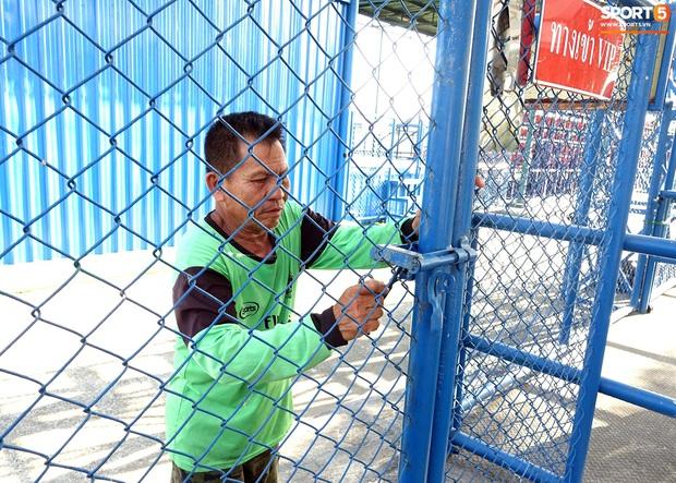 U23 Việt Nam đấu U23 Bahrain: Đóng cửa kín bưng, đến cả cầu thủ cũng phải chờ nhận diện khuôn mặt mới được vào sân - Ảnh 8.