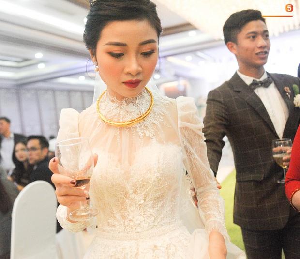 Văn Đức tiết lộ lý do vợ thay 3 chiếc váy cưới trong ngày trọng đại - Ảnh 3.