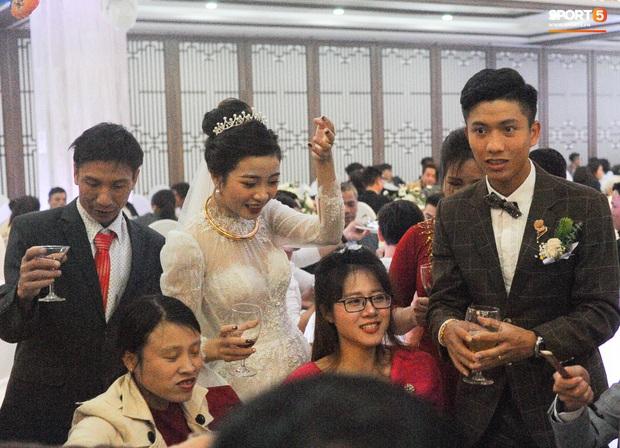 Văn Đức tiết lộ lý do vợ thay 3 chiếc váy cưới trong ngày trọng đại - Ảnh 5.