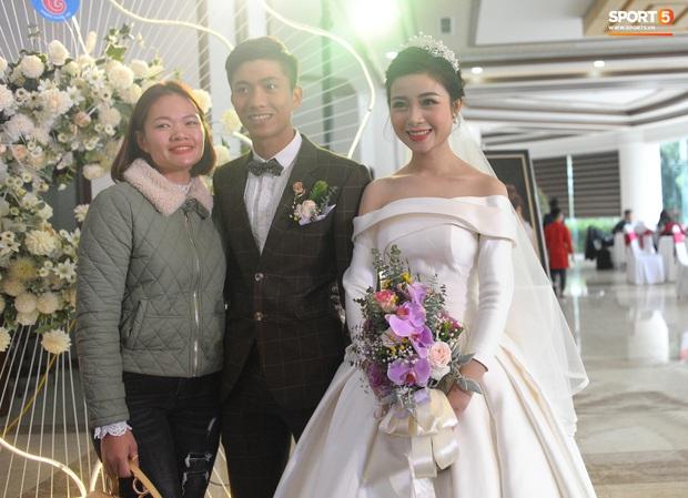 Văn Đức tiết lộ lý do vợ thay 3 chiếc váy cưới trong ngày trọng đại - Ảnh 9.