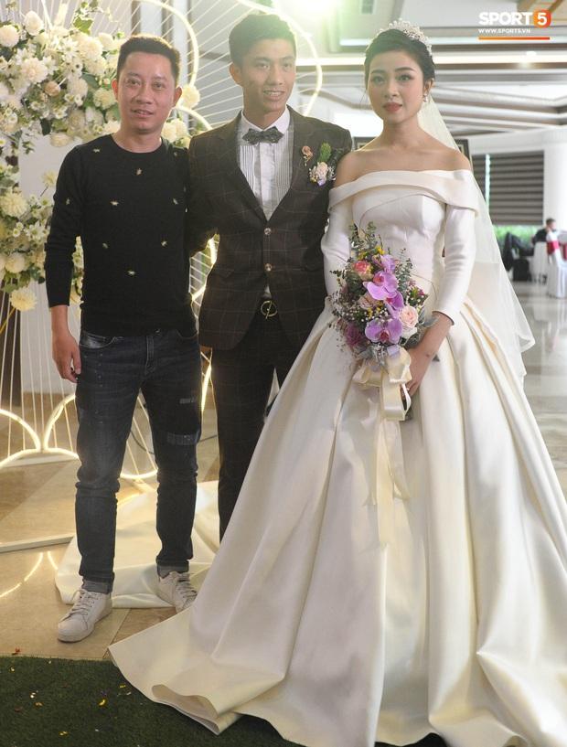 Văn Đức tiết lộ lý do vợ thay 3 chiếc váy cưới trong ngày trọng đại - Ảnh 8.
