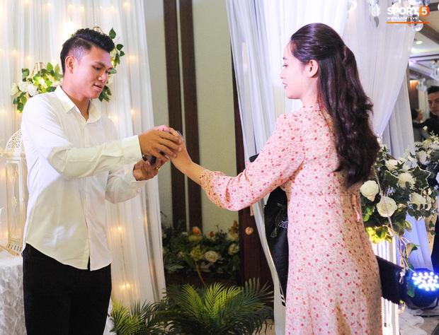Xuân Mạnh cùng bạn gái tình cảm tại tiệc cưới Văn Đức - Nhật Linh, lấp lửng chuyện kết hôn - Ảnh 3.