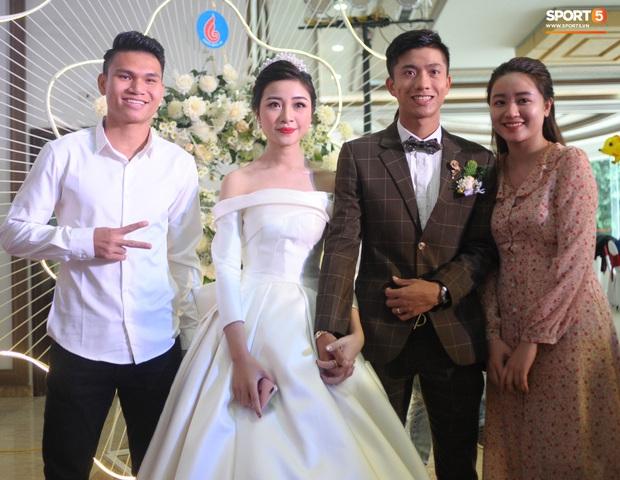 Xuân Mạnh cùng bạn gái tình cảm tại tiệc cưới Văn Đức - Nhật Linh, lấp lửng chuyện kết hôn - Ảnh 1.