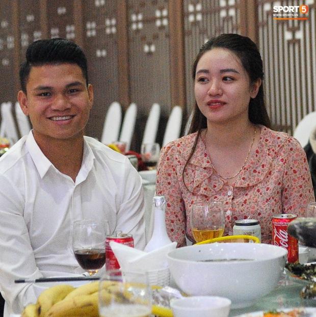 Xuân Mạnh cùng bạn gái tình cảm tại tiệc cưới Văn Đức - Nhật Linh, lấp lửng chuyện kết hôn - Ảnh 2.