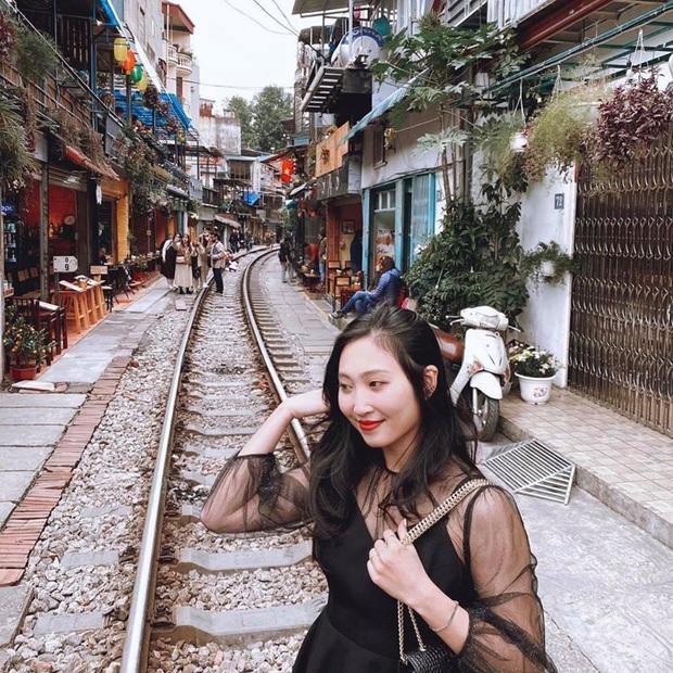 Phố đường tàu Hà Nội bất ngờ hoạt động trở lại trong những ngày đầu xuân năm mới - Ảnh 4.