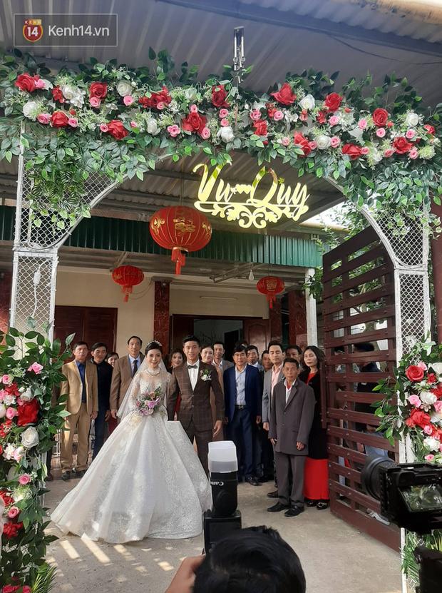 Nhà bố vợ cầu thủ Phan Văn Đức to nhất xóm, rạp cưới đằng gái kéo dài hết cả con đường - Ảnh 1.