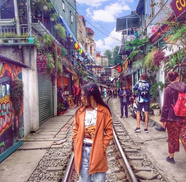 Phố đường tàu Hà Nội bất ngờ hoạt động trở lại trong những ngày đầu xuân năm mới - Ảnh 2.