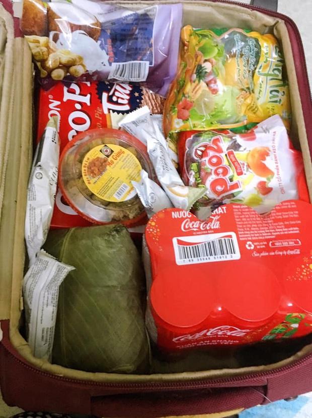 Hết Tết cô gái xách chiếc vali hơn 40kg mang cả quê hương lên phố: 100 trứng gà, 10kg khế ngọt, 2 cái bánh chưng, gà cá đủ cả - Ảnh 7.