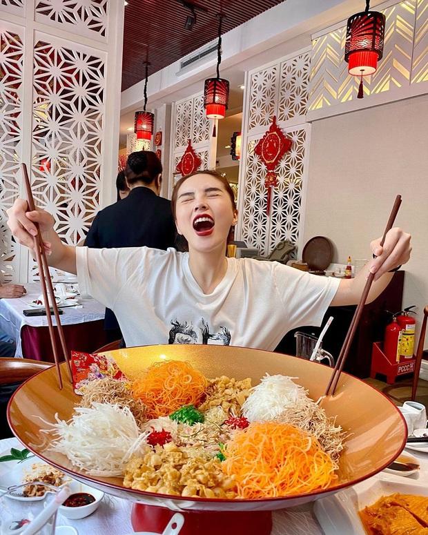 Dân tình tò mò khi thấy Kỳ Duyên ăn đĩa gỏi to như… cái chậu trong ngày đầu tiên đi làm, bất ngờ hơn khi biết ý nghĩa của nó - Ảnh 1.
