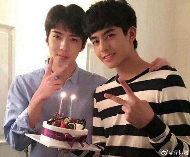 Bức ảnh hot nhất Weibo: Sehun và Tống Uy Long chung khung hình, nhan sắc hack tuổi của mỹ nam EXO gây chú ý - Ảnh 1.