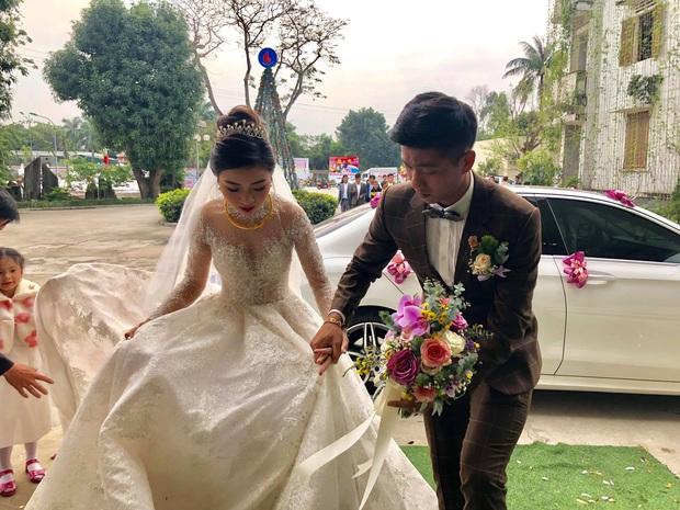 Xuân Mạnh cùng bạn gái tình cảm tại tiệc cưới Văn Đức - Nhật Linh, lấp lửng chuyện kết hôn - Ảnh 7.