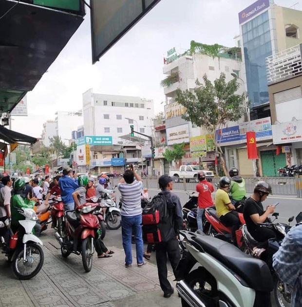 Nghi án thanh niên ngáo đá cầm súng, lựu đạn cướp ngân hàng ở Sài Gòn - Ảnh 2.