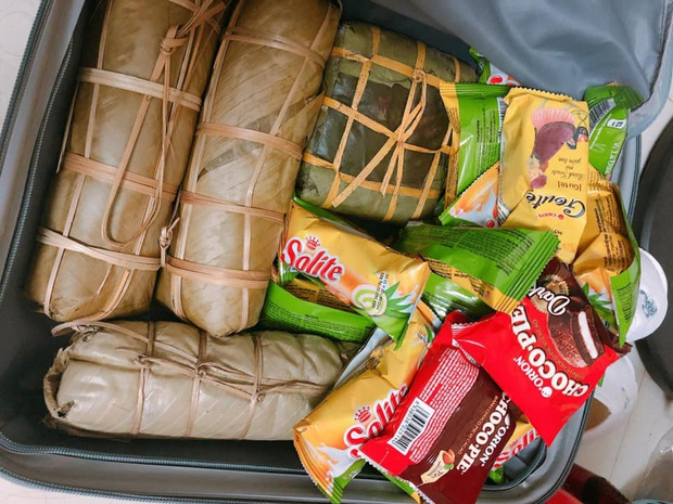 Hết Tết cô gái xách chiếc vali hơn 40kg mang cả quê hương lên phố: 100 trứng gà, 10kg khế ngọt, 2 cái bánh chưng, gà cá đủ cả - Ảnh 2.