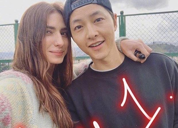 Tết đầu tiên của cặp Song Song hậu ly hôn: Song Hye Kyo thân thiết với trai lạ ở Mỹ, Song Joong Ki sang tận Colombia - Ảnh 1.
