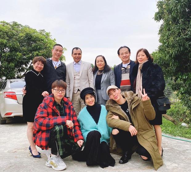 Hội bạn thân Vbiz hiếm có: Kỳ Duyên - Minh Triệu gần gũi đến đáng ngờ, gia đình Hoa dâm bụt thân từ con đến bố mẹ - Ảnh 19.