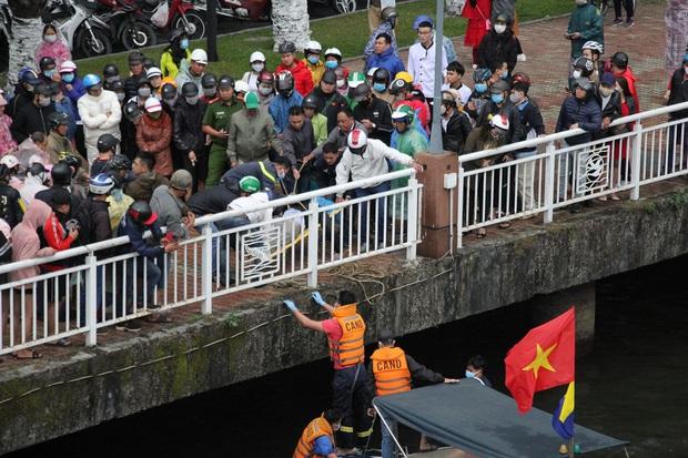 Bàng hoàng chứng kiến người đàn ông nhảy cầu sông Hàn tự tử chiều mùng 6 Tết - Ảnh 6.