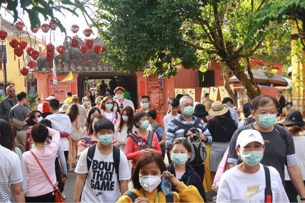 Hội An phát miễn phí khẩu trang y tế cho du khách để phòng tránh virus Corona - Ảnh 3.